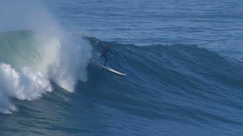 vídeos y material grabado en eventos de stock de a surfer surfing waves on his surfboard. - slow motion - surf