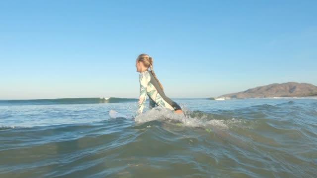 surfer - surfbrett stock-videos und b-roll-filmmaterial