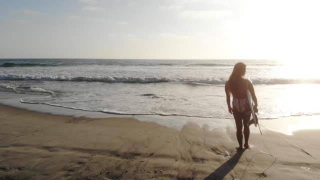 vidéos et rushes de surfeur - personnes belles
