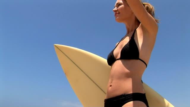 vidéos et rushes de surfer - seulement des jeunes femmes