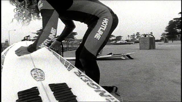 vídeos de stock e filmes b-roll de surfer waxing surfboard - depilação