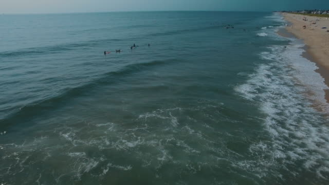 vidéos et rushes de surfers and sunbathers at ocean beach - sport aquatique