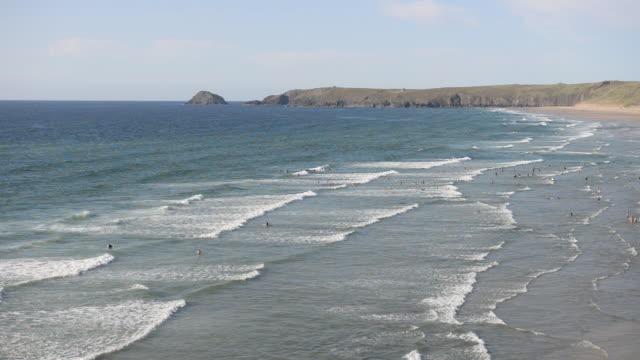 stockvideo's en b-roll-footage met surfers at peran bay, newquay, cornwall, uk - cornwall engeland
