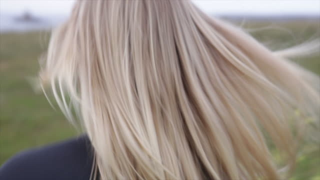 stockvideo's en b-roll-footage met surfer's hair in very close up - op de rug gezien