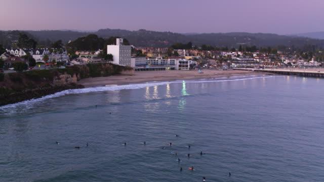 バック グラウンドで-空中ショット ・ ワーフとサンタクルスのサーファー - カリフォルニア州サンタクルーズ点の映像素材/bロール