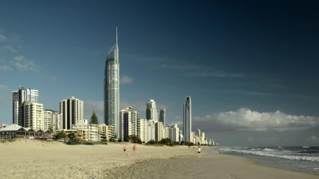 vídeos y material grabado en eventos de stock de playa de surfers paradise, costa dorada, australia  - gold coast