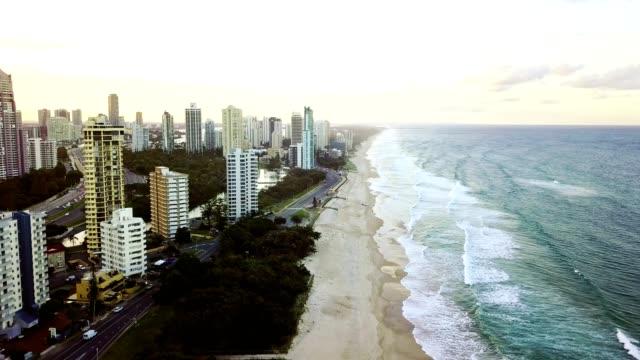 vídeos y material grabado en eventos de stock de horizonte de paraíso de surfistas detrás de la playa al atardecer - gold coast
