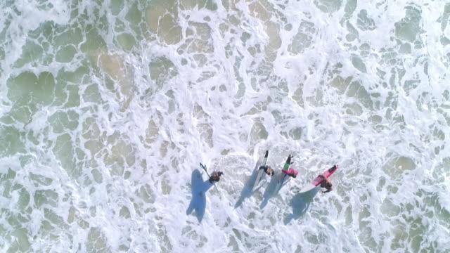 vídeos de stock, filmes e b-roll de surfistas, correndo para o mar - esporte aquático