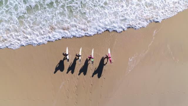 vídeos y material grabado en eventos de stock de surfistas en el mar - gold coast