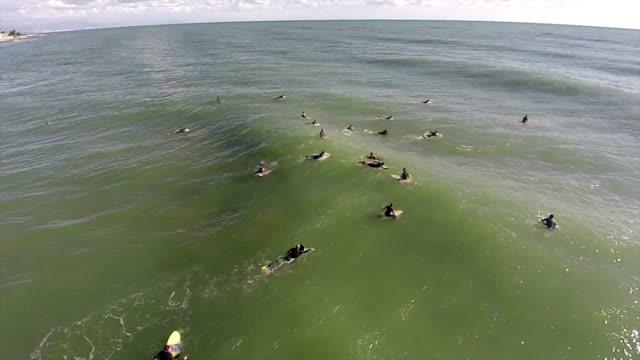 vídeos y material grabado en eventos de stock de surfers esperando el lugar de onda - surf en longobard