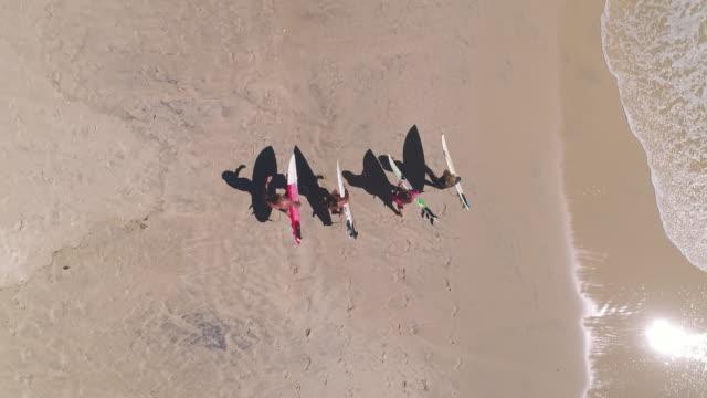 surfer auf den strand - wassersport stock-videos und b-roll-filmmaterial