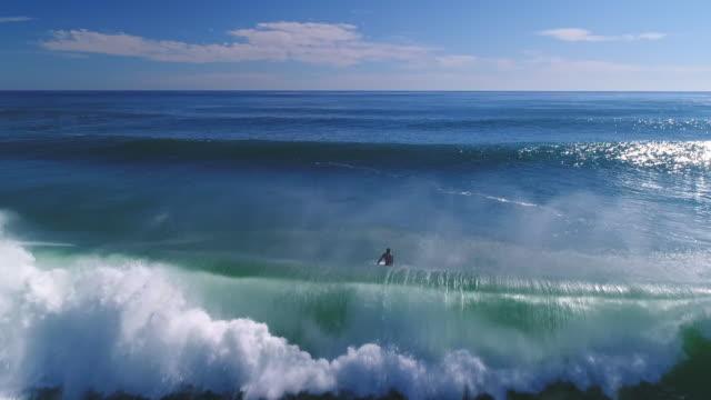surfen im meer - surfbrett stock-videos und b-roll-filmmaterial