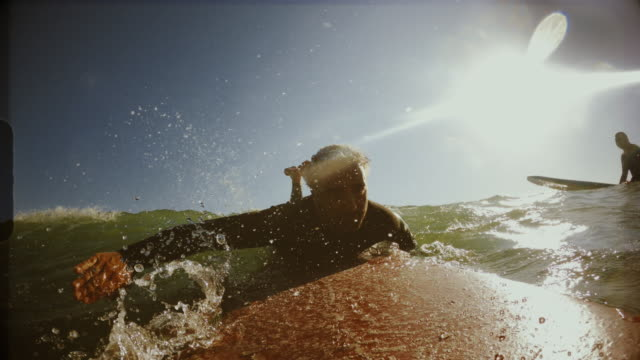 surfing point of view pov with action camera: man on the longboard in mediterranean sea - pagaiare video stock e b–roll