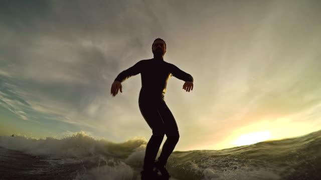 Surfing pov mit action-Kamera: Auf dem longboard