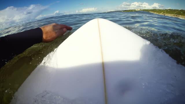 surfing pov mit action-kamera - surfbrett stock-videos und b-roll-filmmaterial