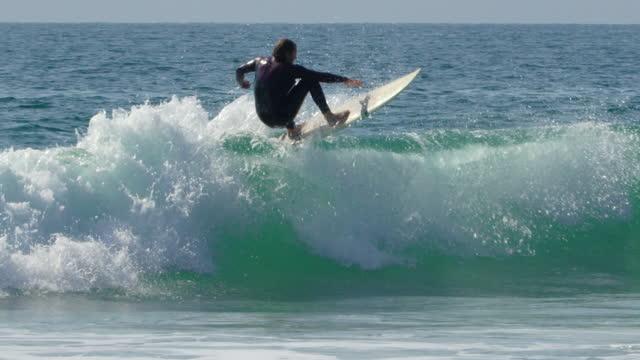 vídeos de stock, filmes e b-roll de surf - esporte aquático