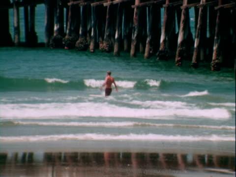 surfing - anno 1965 video stock e b–roll