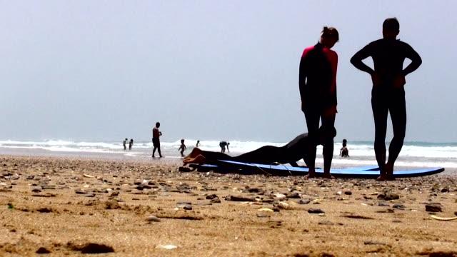 vídeos y material grabado en eventos de stock de surfing - sólo hombres jóvenes