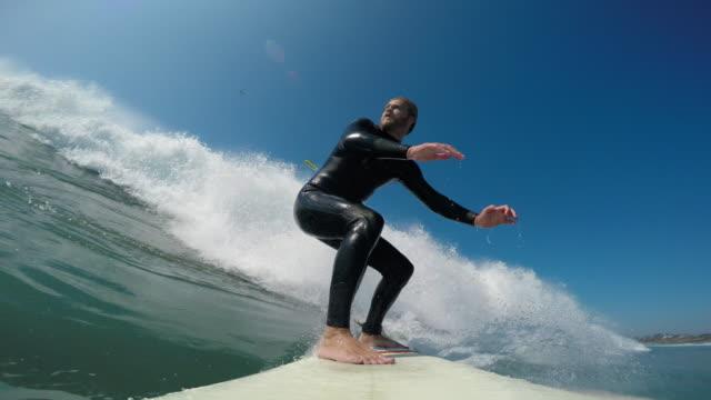 surfing - sportkleidung stock-videos und b-roll-filmmaterial