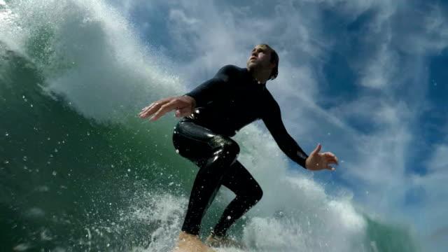 vídeos de stock, filmes e b-roll de de surfe  - diving suit