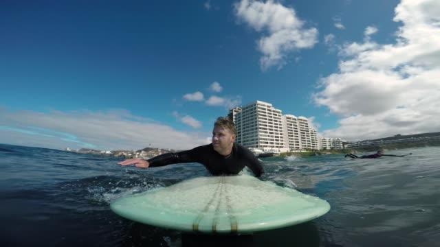 vídeos y material grabado en eventos de stock de práctica de surf  - surf en longobard