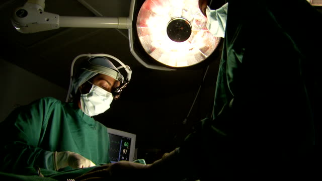stockvideo's en b-roll-footage met surgeon performing operation - chirurg