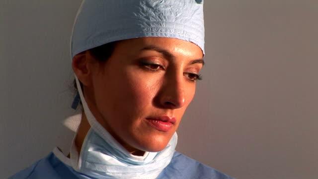vidéos et rushes de surgeon - seulement des jeunes femmes