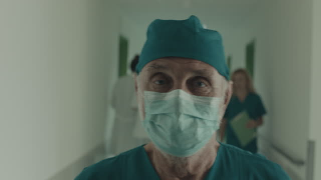 vídeos de stock, filmes e b-roll de passeio do cirurgião no hospital - máscara cirúrgica