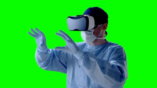 vídeos de stock, filmes e b-roll de cirurgião, usando óculos de realidade virtual durante a pesquisa médica - avental