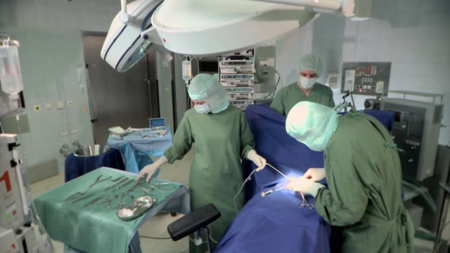 ms, td, surgeons in operating room, berlin, germany - operating gown stock videos & royalty-free footage