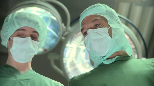 vídeos de stock e filmes b-roll de cu, la, surgeons in operating room, berlin, germany - bata cirúrgica
