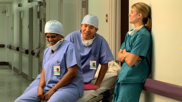 vídeos y material grabado en eventos de stock de surgeons - three quarter length