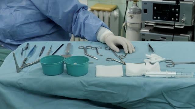操作テーブルのcu外科手術。 - 手術服点の映像素材/bロール