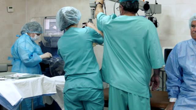 vidéos et rushes de équipe chirurgicale préparez-vous à faire l'opération - ressources humaines