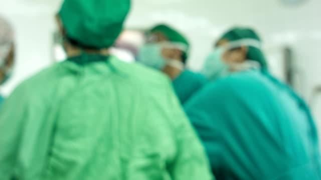 vidéos et rushes de outils chirurgicaux sur une table - pince chirurgicale