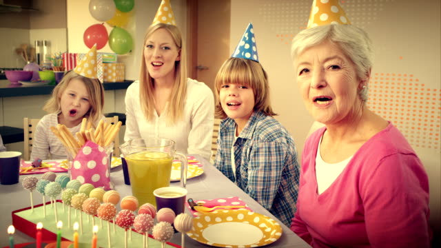 pov überraschung und geburtstag kuchen song - geburtstag stock-videos und b-roll-filmmaterial