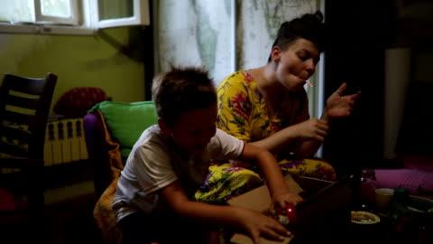 vídeos de stock, filmes e b-roll de surpresa dentro do pacote - charuto