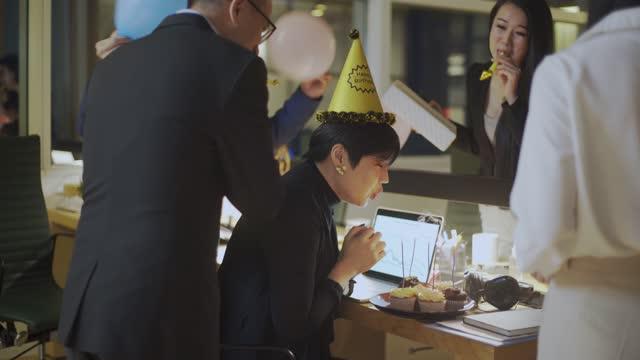 stockvideo's en b-roll-footage met verrassing kantoor verjaardagsfeestje - hoofddeksel