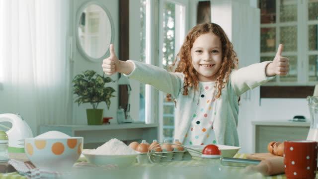 vídeos de stock e filmes b-roll de surprise! - bebés meninas