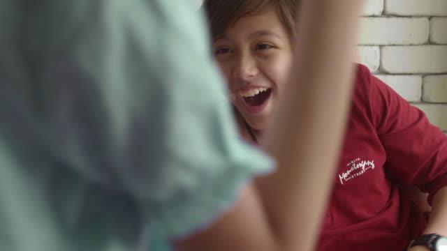 vídeos de stock e filmes b-roll de surprise - meninos adolescentes