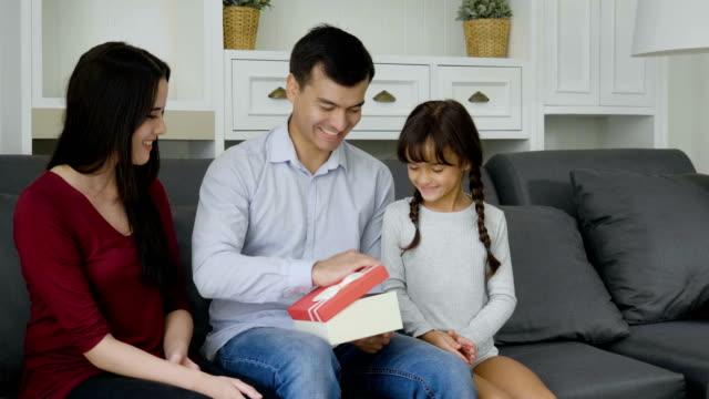vídeos y material grabado en eventos de stock de padre sorprendido recibir caja de regalo de la hija - expresión facial