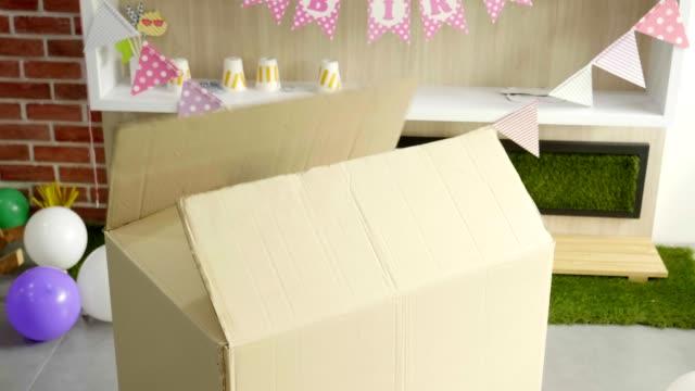 vídeos de stock e filmes b-roll de surprised of big gift box - três pessoas