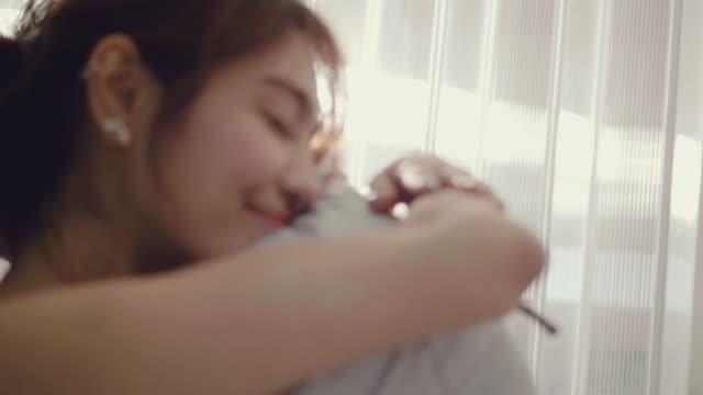 驚いた女性が自宅の彼女の愛からバラの花を受け取る - 寝室点の映像素材/bロール