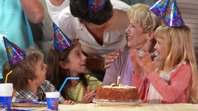 HD: Überraschende Großmutter mit Geburtstag Kuchen