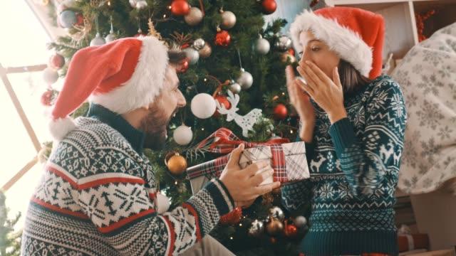 überraschend mit einem weihnachtsgeschenk - gesichtsausdruck stock-videos und b-roll-filmmaterial