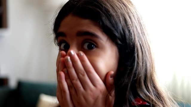 vídeos y material grabado en eventos de stock de sorprendente niña con la boca abierta - conmoción