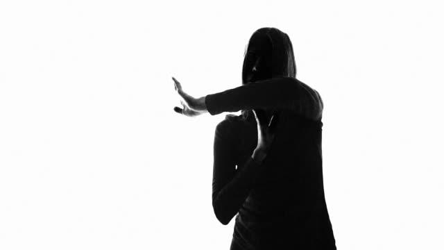surreale tänzerin in langsamem mo - black colour stock-videos und b-roll-filmmaterial