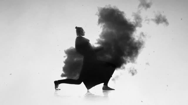 vídeos de stock, filmes e b-roll de dançarina surreal em mo lento - bailarina