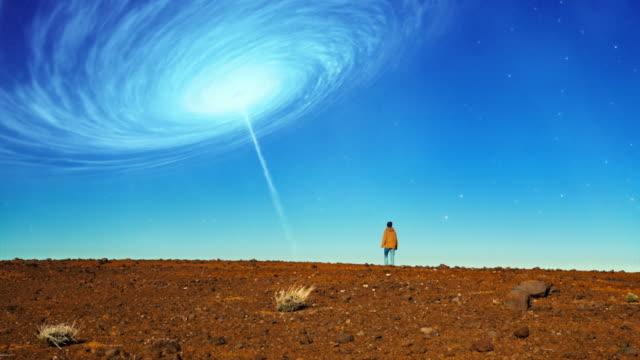 vídeos y material grabado en eventos de stock de desierto surrealista. mujer admirando vórtice espacial - surrealista