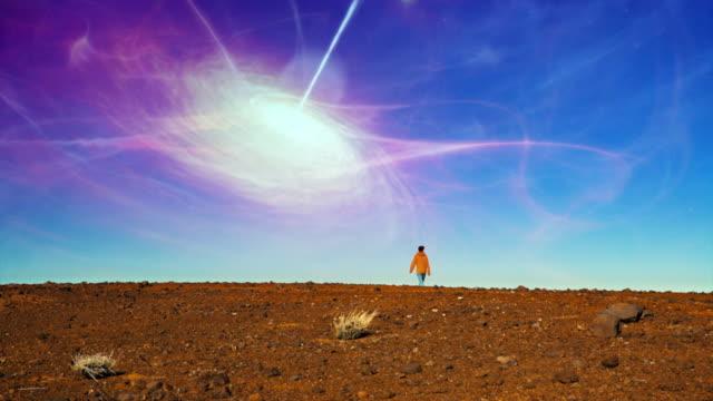 超現実的な砂漠。宇宙渦を賞賛する女性 - 宇宙探検点の映像素材/bロール